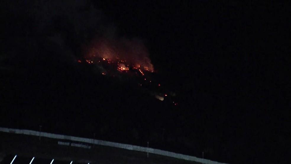 Globocop mostrou as chamas em área verde às margens da PE-22, em Paulista — Foto: Reprodução/TV Globo
