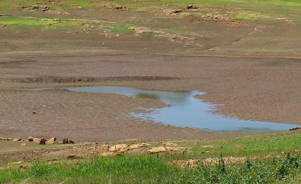 Rios e lagos ficaram secos devido à estiagem no estado (Foto: Reprodução/RBS TV)