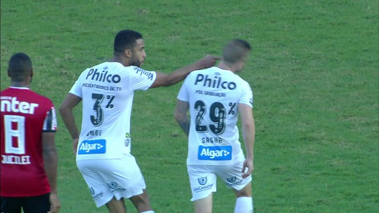 Vídeo: Sasha e Jorge, do Santos, discutem durante primeiro tempo contra o São Paulo