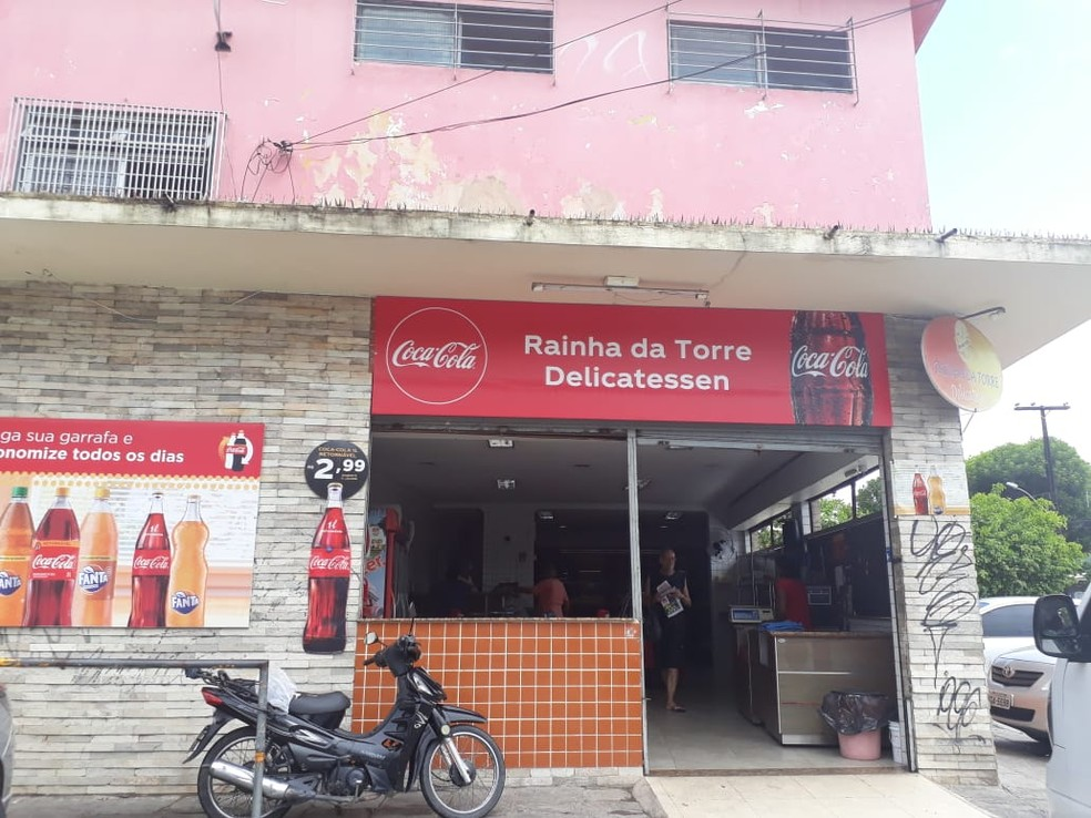 Assalto aconteceu em frente à Padaria da Torre, no Cordeiro, Zona Oeste do Recife — Foto: TV Globo/Reprodução