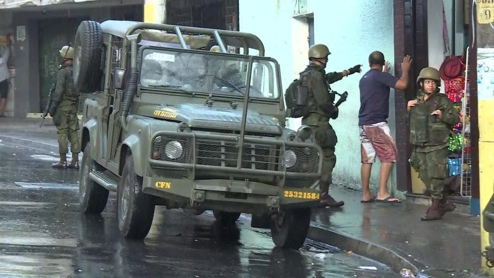 Homem é revistado por militar do Exército no Rio (Foto: Reprodução/TV Globo)