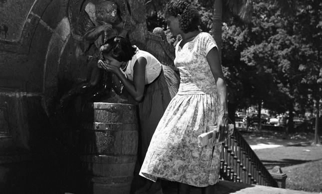 Mulheres bebem água de chafariz no Passeio Público, janeiro de 1958