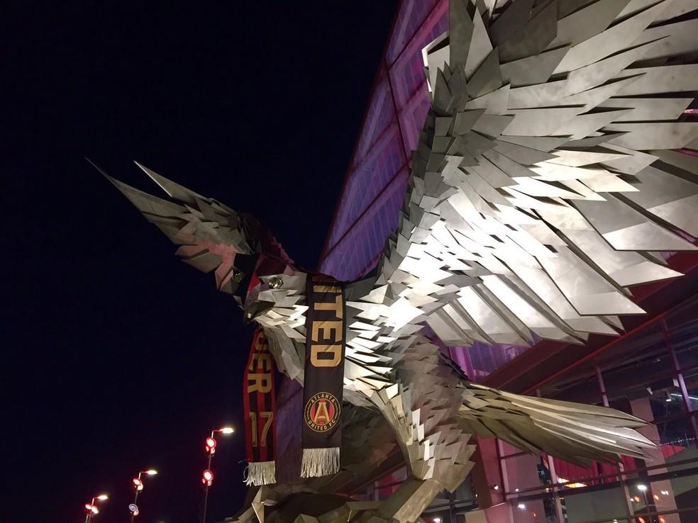 Estátua do falcão na entrada do estádio foi feita por Gabor Miklos Szoke, um escultor búlgaro (Foto: Reprodução Twitter)