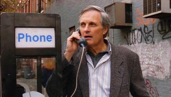 Ator Alan Alda em cena no filme 'Um Misterioso Assassinato em Manhattan' (1993) (Foto: Divulgação)