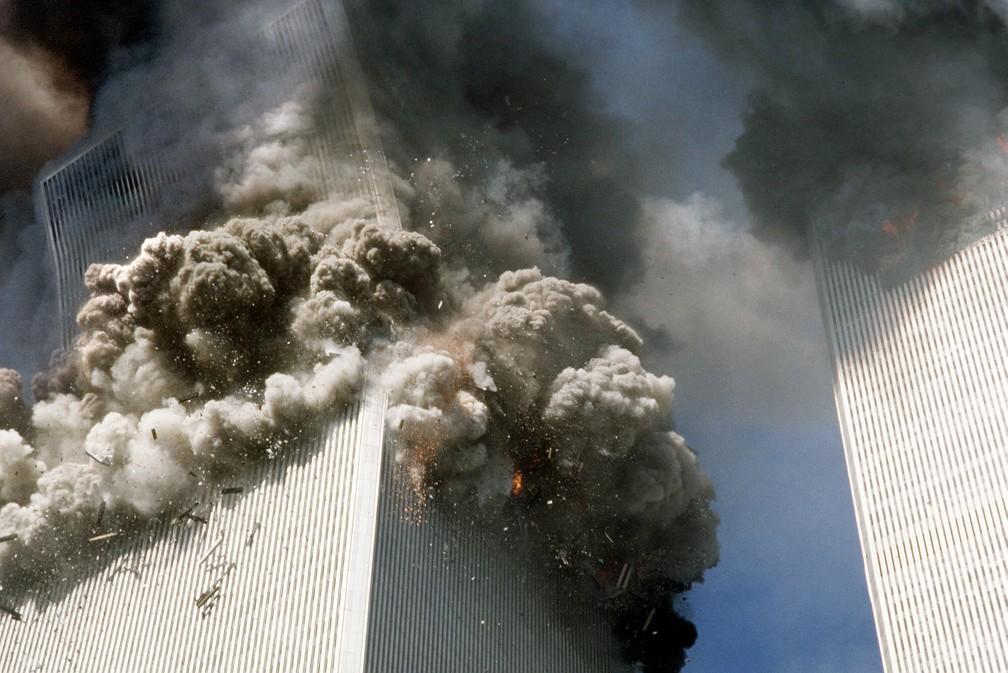A torre sul do World Trade Center começa a desmoronar após os ataques aéreos do 11 de Setembro em Nova York — Foto: Gulnara Samoilova/AP/Arquivo