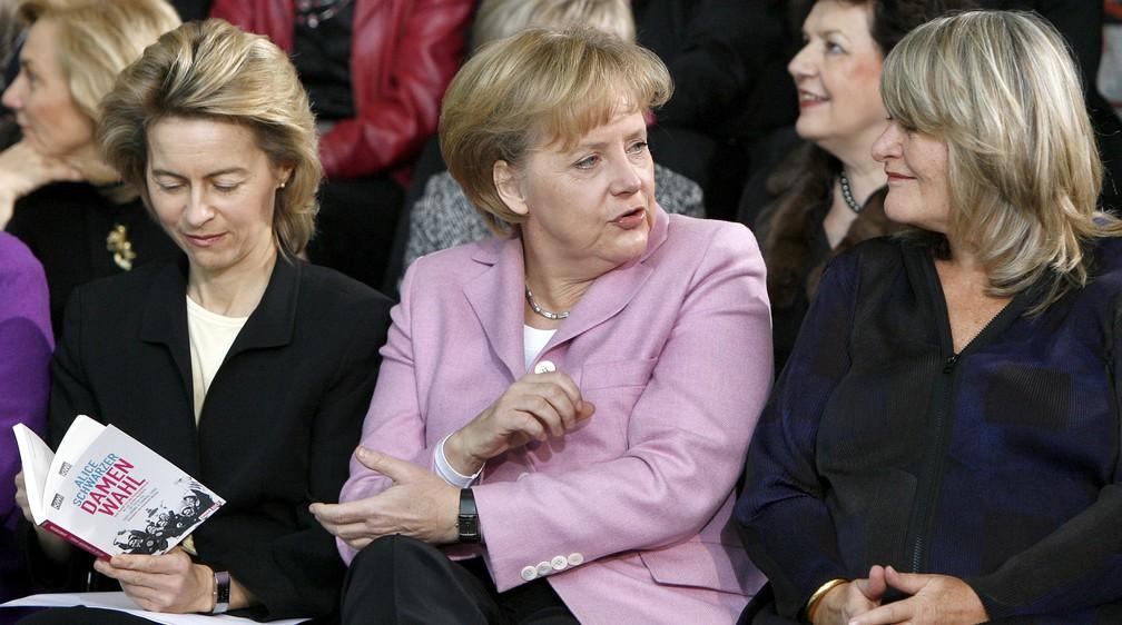 Na foto, de janeiro de 2009, Merkel aparece com a a então ministra da Família da Alemanha, Ursula von der Leyen (hoje presidente da Comissão Europeia), e a editora Alice Schwarzer em um evento comemorando os 90 anos do direito ao voto das mulheres em Berlim. — Foto: Michael Sohn/AP