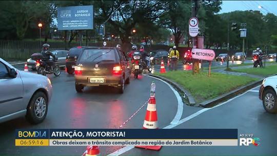 Obra em avenida ao lado do Jardim Botânico deixa o trânsito com bloqueio parcial