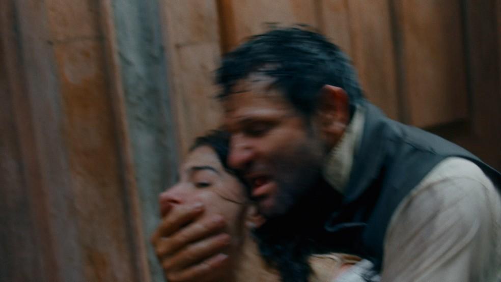 Pilar (Gabriela Medvedovski) será atacada por homem estranho em 'Nos Tempos do Imperador' — Foto: Globo