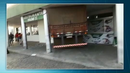 Quatro pessoas ficam feridas após caminhão invadir restaurante