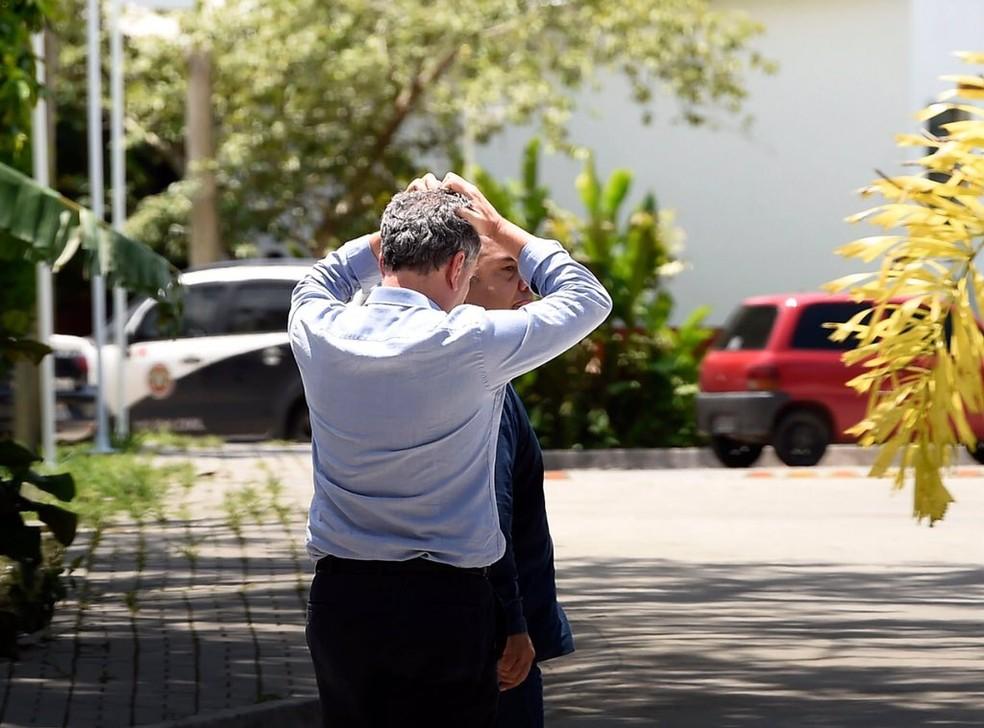 Presidente do Flamengo, Rodolfo Landim leva as mãos à cabeça no Ninho do Urubu — Foto: André Durão/GloboEsporte.com