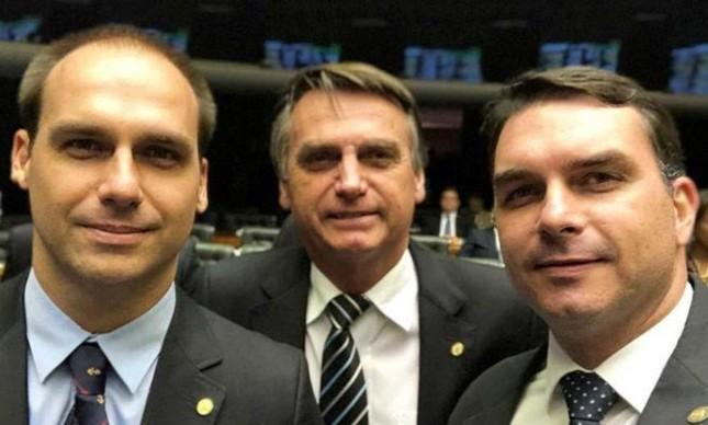 O deputado Eduardo Bolsonaro, o presidente Jair Bolsonaro e o senador Flávio Bolsonaro