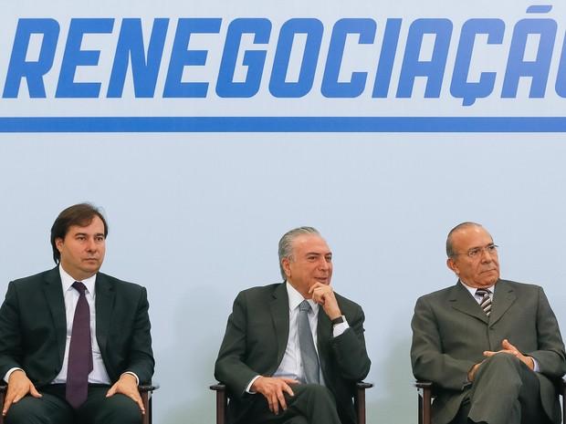 Temer com o presidente da Câmara, Rodrigo Maia, e o ministro da Casa Civil, Eliseu Padilha, durante cerimônia no Planalto (Foto: Beto Barata/PR)