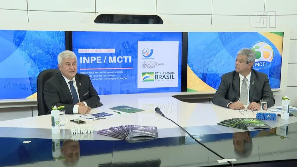 Ministro da Ciência e Tecnologia, Marcos Pontes, ao lado de Darcton durante anúncio de reestruturação no Inpe. — Foto: Reprodução