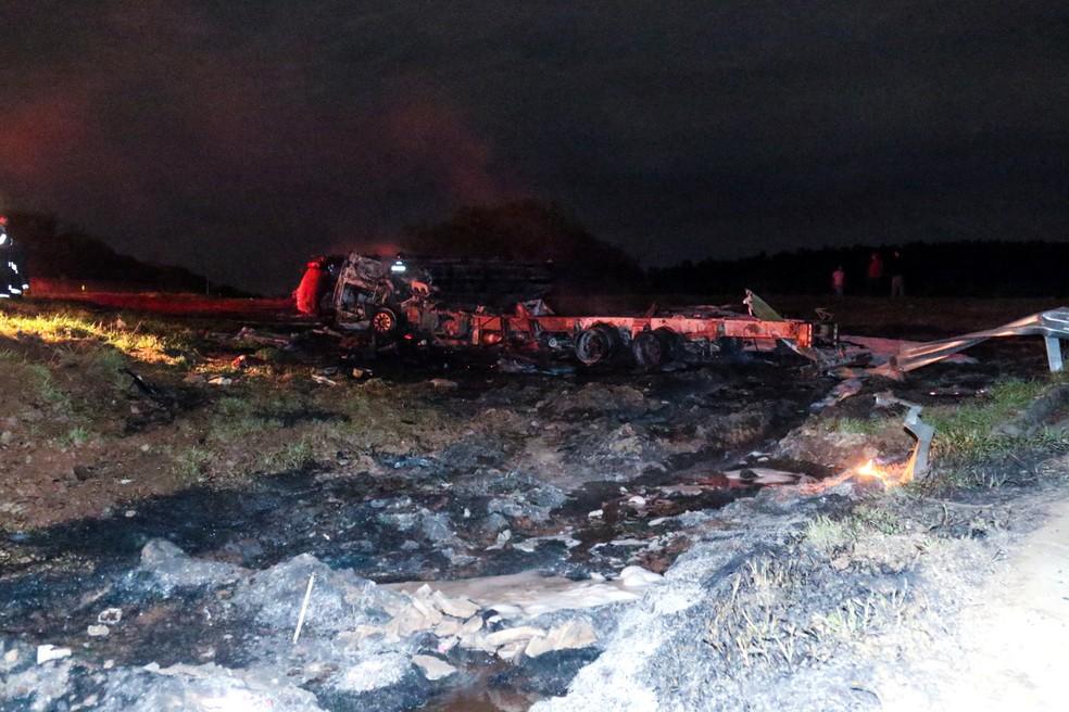 Caminhão-tanque explode após capotagem (Foto: Mateus Verzola)