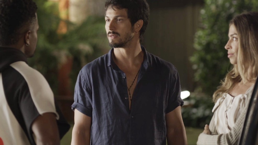 Marcos fica surpreso ao conhecer Ramon — Foto: TV Globo