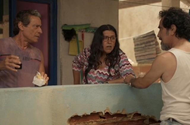 Luiz Carlos Vasconcelos, Regina Casé e Nanego Lira em 'Amor de mãe' (Foto: TV Globo)