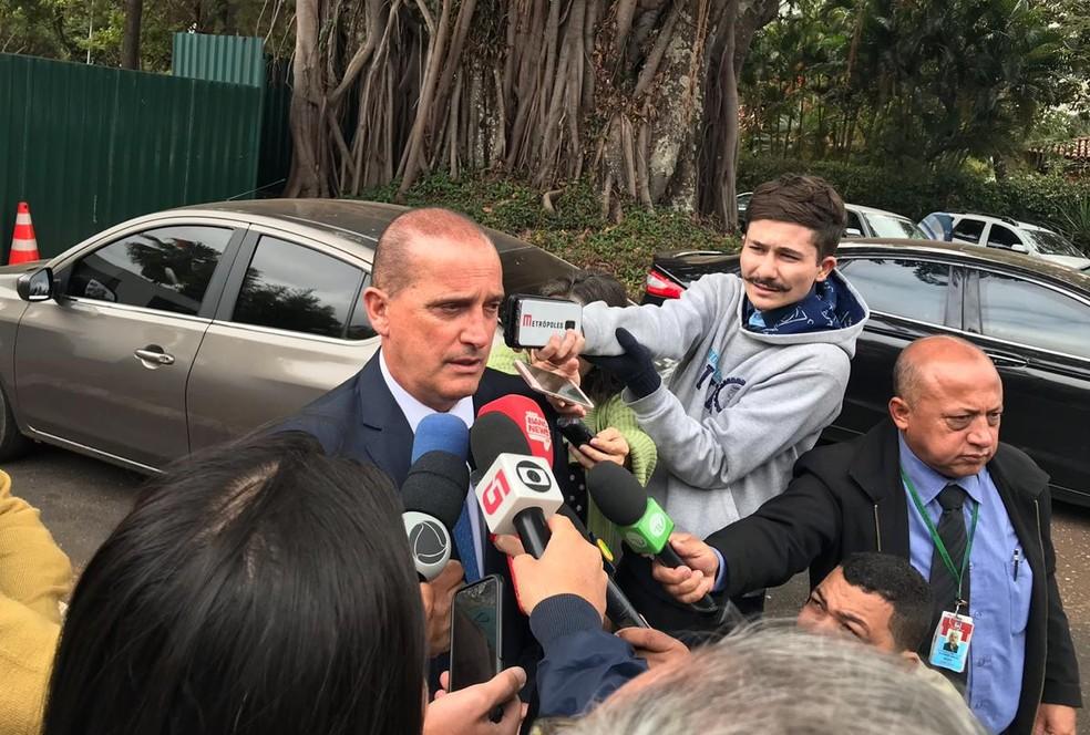 Onyx falou com a imprensa após participar de reunião na residência oficial da Câmara — Foto: Luísa Laval/G1
