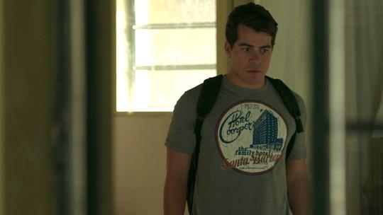 Júlio fica chocado com o que encontra na casa de Mônica e Evandro