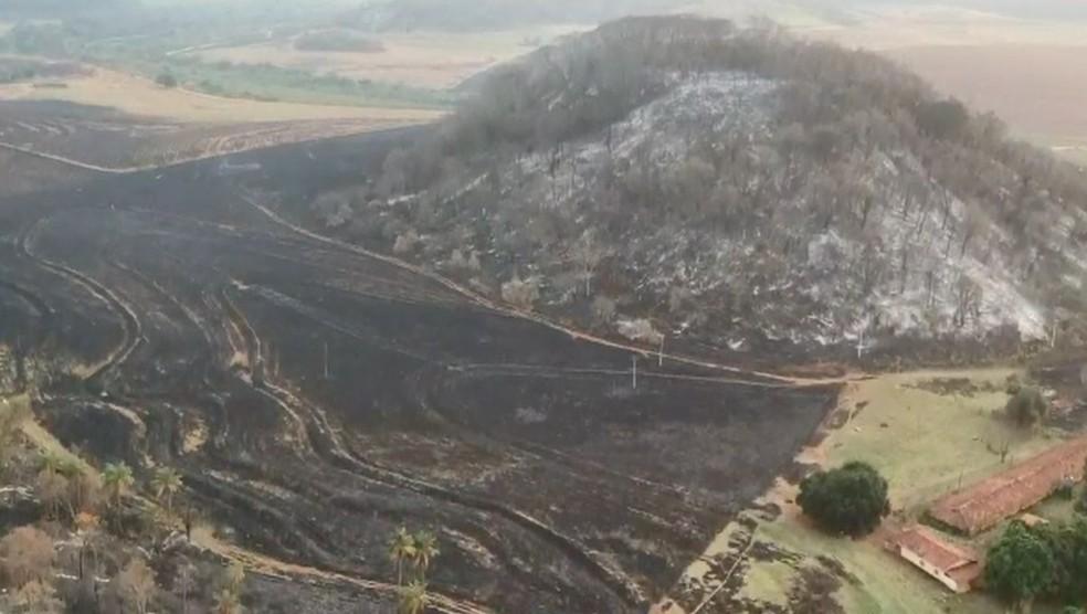 Bombeiros e outras equipes ainda trabalham no rescaldo no incêndio na região de Jaú  — Foto: Central de Notícias / Divulgação