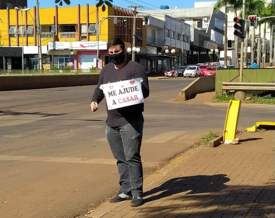 Sem dinheiro para casar, namorado vende doces em semáforo para realizar sonho no Paraná