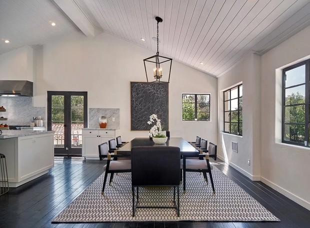 A sala de jantar é acoplada à cozinha (Foto: The Agency)