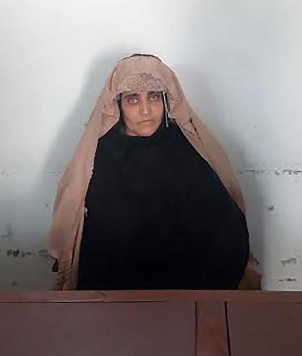 Sharbat Gula foi detida por posse documento de identidade falso (Foto: FIA/AFP)