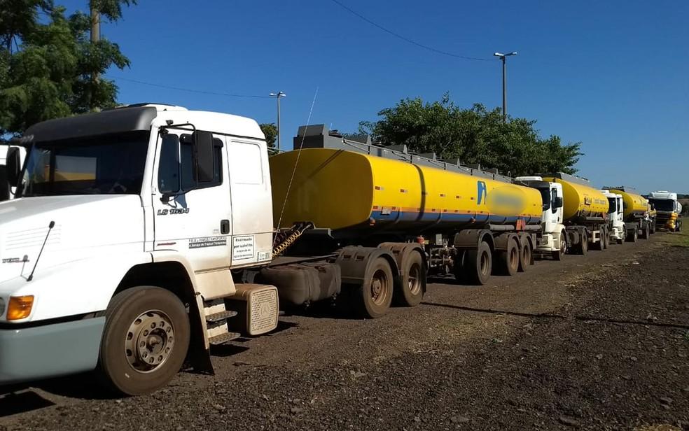 Dez caminhões carregados de combustíveis serão escoltados por forças de segurança e Exército em Rondonópolis (Foto: Luis Roberto Fileto/TVCA)