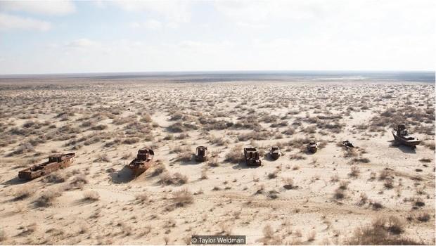 O Mar de Aral está trazendo novas riquezas para vilarejos de pescadores no Cazaquistão, mas, na costa oposta, no Uzbequistão, a situação é bem diferente  (Foto: Taylor Weidman/BBC News)