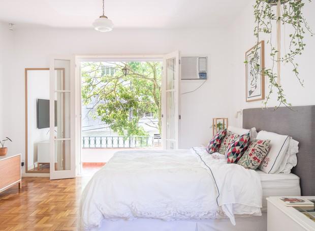 Bastante amplo, o quarto principal roubou um pedaço da sala de estar para abrigar o closet e o canto de leitura (Foto: Joana França/Divulgação)