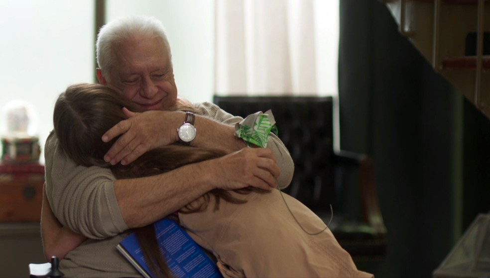 Alberto (Antonio Fagundes) fica emocionado com presente que Paloma (Grazi Massafera) mandou — Foto: Globo