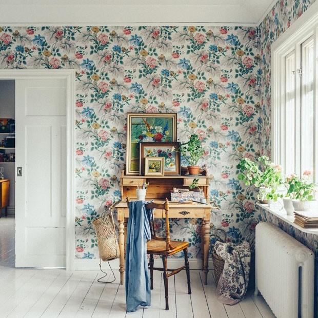 Décor do dia: cantinho inspirador com papel de parede florido (Foto: Reprodução / Mokkasin)