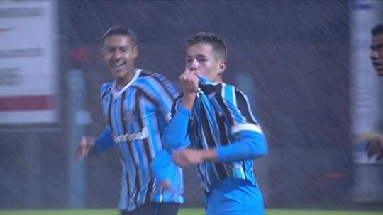 Filho do algoz de Dinho, pupilo do Fenômeno e artilheiro da base: conheça o sub-17 do Grêmio