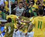 Julio Cesar é abraçado pelos jogadores depois de defender dois pênaltis da seleção do Chile | AP