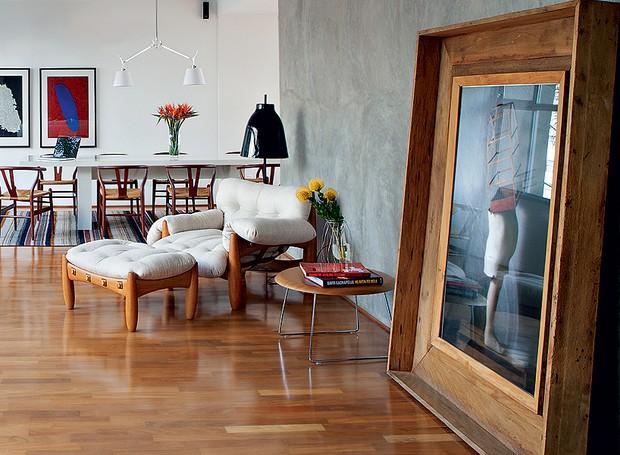 Com quadros muito grandes, considere apoiá-los no chão, como na decoração assinada pelo designer Paulo Azeco. A foto de Cholito Chowe recebeu moldura larga de madeira de demolição (Foto: Lufe Gomes/Casa e Jardim)
