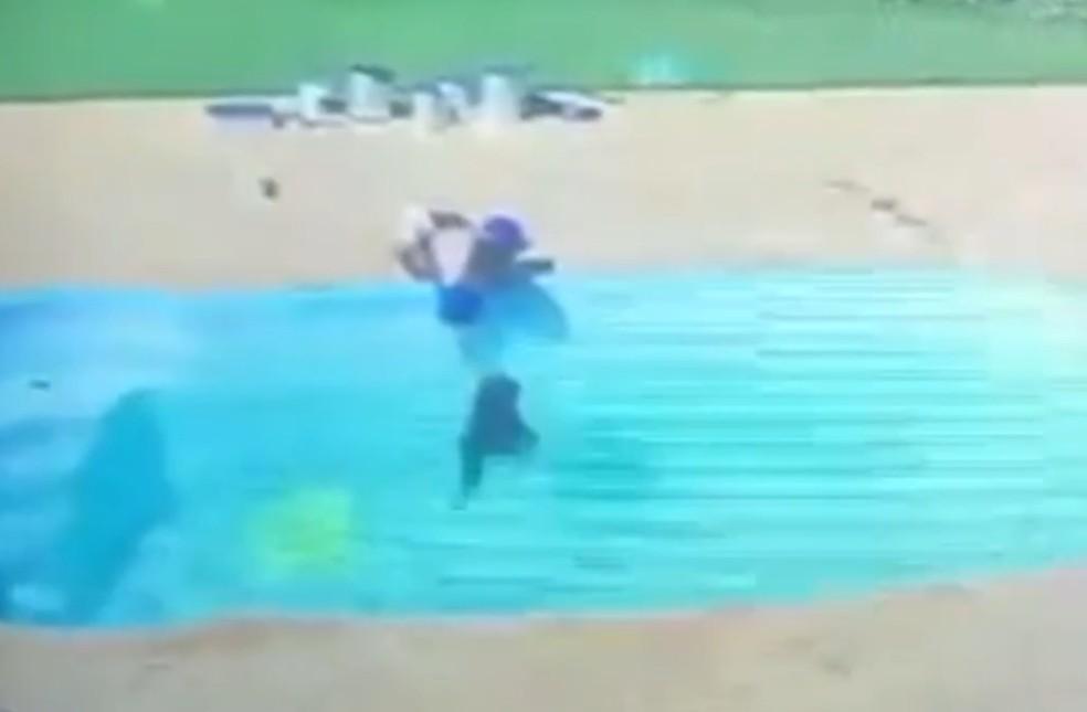 Vídeo mostra menino de 3 anos salvamento amigo de afogamento em Itaperuna, no RJ — Foto: Reprodução