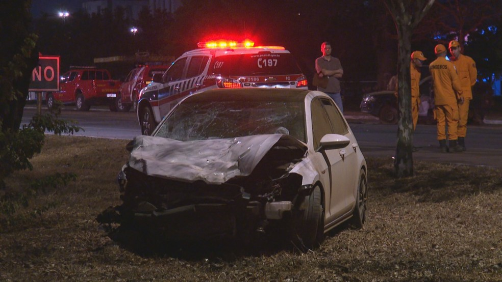 Carro envolvido em acidente na Epia, no DF — Foto: TV Globo/Reprodução