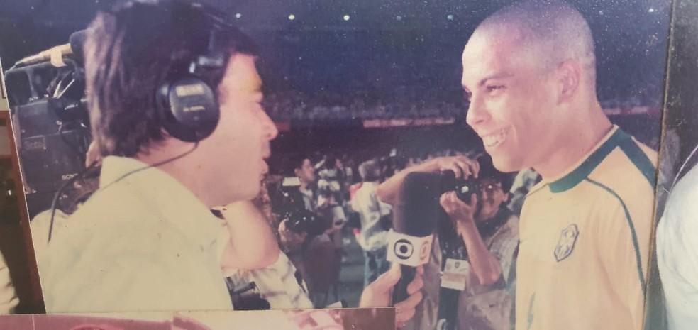 Tino Marcos entrevista Ronaldo Fenômeno em jogo da Seleção — Foto: Arquivo Pessoal
