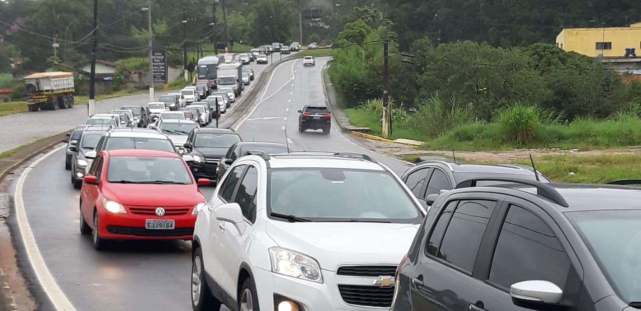 Mogi-Bertioga tem trânsito intenso e trajeto até o litoral leva mais de duas horas, segundo DER