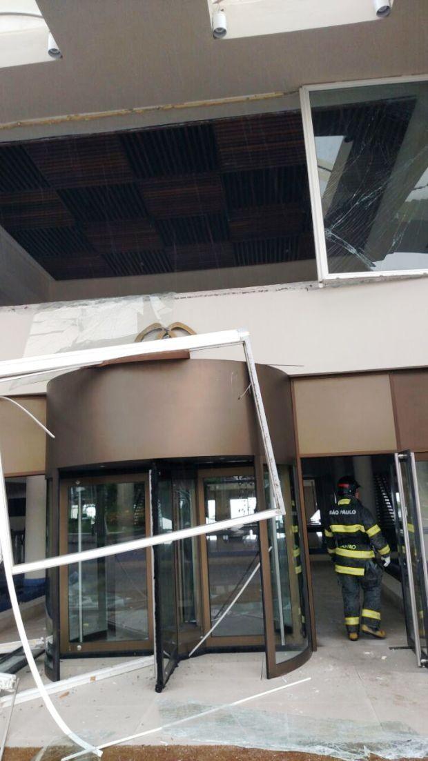 Fachada e porta giratória também foram danificadas (Foto: G1)