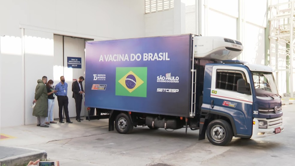 Caminhões com os lotes da vacina saem da sede do Instituto Butantan  — Foto: Reprodução/TV Globo