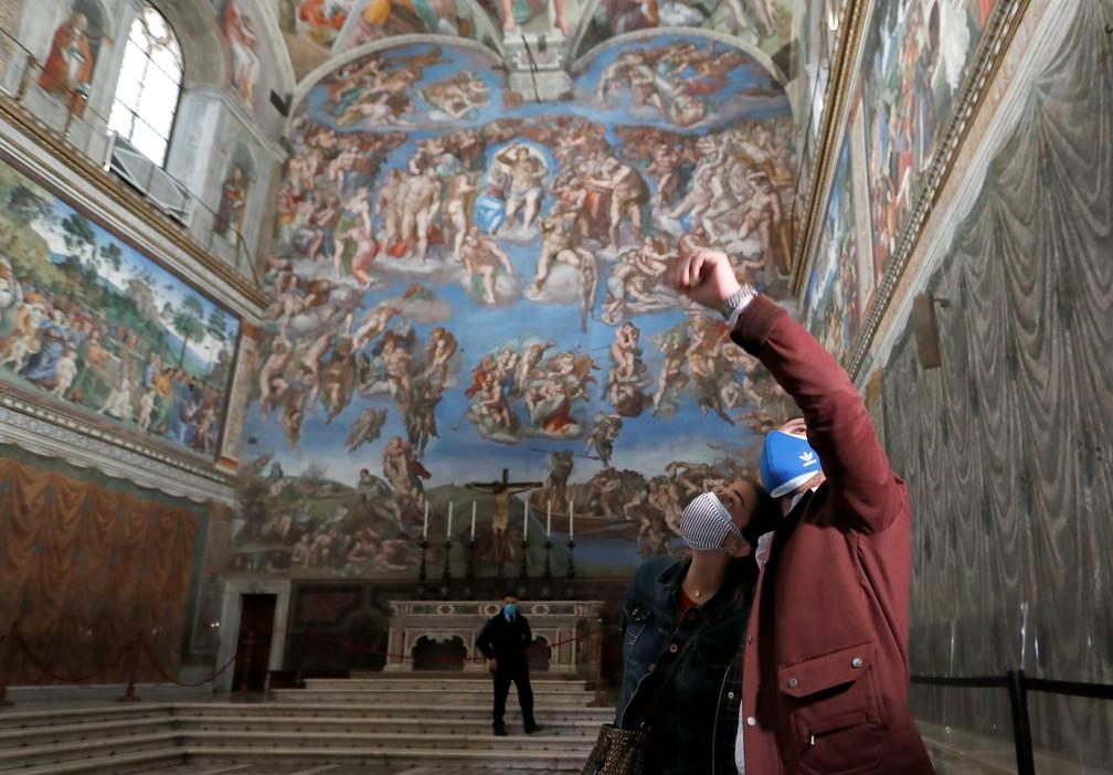 Visitantes na Capela Sistina em 3 de maio de 2021, após a reabertura dos Museus do Vaticano — Foto: Remo Casilli/Reuters