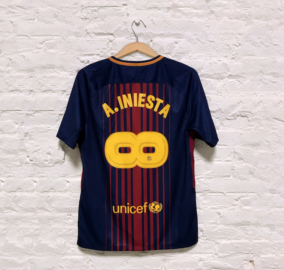 Camisa do Barcelona com o número 8 deitado para representar o infinito em homenagem a Iniesta (Foto: Reprodução)