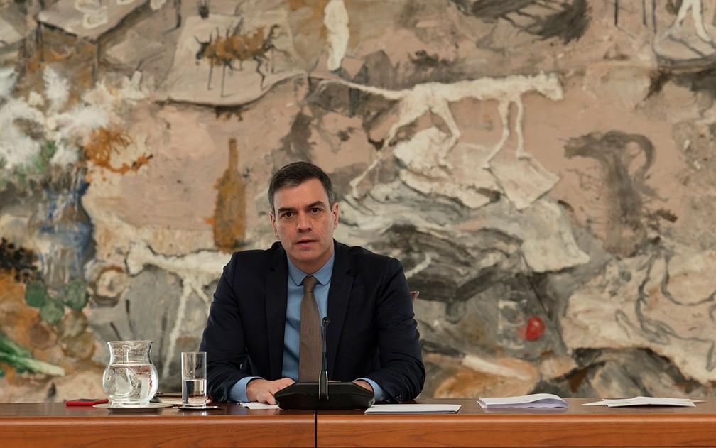 O primeiro-ministro espanhol Pedro Sánchez preside encontro do Comitê Técnico de Gerenciamento do Coronavírus, em Madri, no sábado (25) — Foto: Borja Puig de la Bellacasa/La Moncloa/AFP