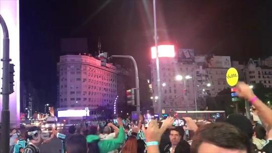 Gremistas tomam Obelisco e fazem a festa pelo tri da Libertadores em Buenos Aires