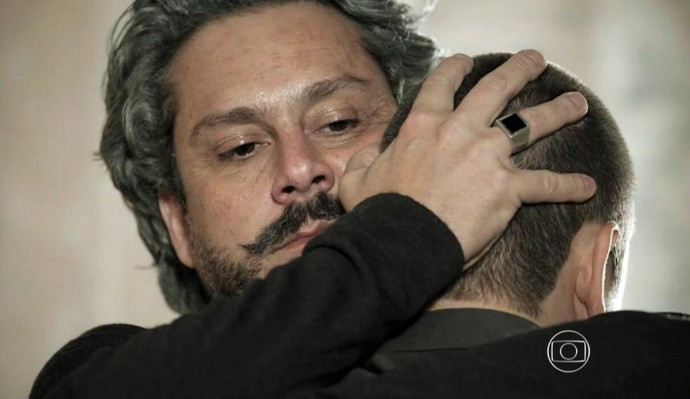 José Alfredo (Alexandre Nero) e João Lucas (Daniel Rocha) se abraçam durante o reencontro - 'Império' — Foto: Globo
