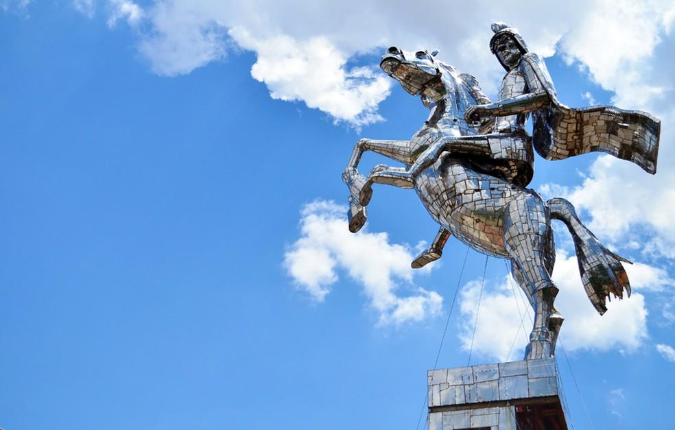 Escultura de São Jorge foi construída para a Arena Corinthians. mas rejeitada foi instalada no trajeto ao aeroporto de Guarulhos — Foto: Danilo Sardinha/Globoesporte.com