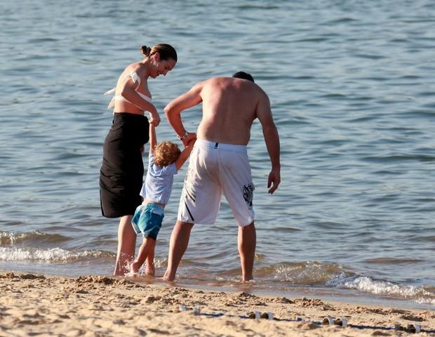 Candice Swanepoel curte praia em Vitória, no Espírito Santo, com a família (Foto: Agnews)