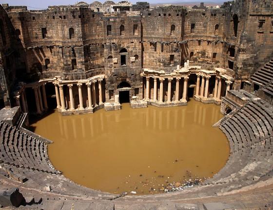 Antigo anfiteatro romano, listado como Patrimônio Mundial da Unesco, na província síria do sul de Daraa Bosra al-Sham, depois que foi inundado após fortes chuvas na região (Foto: MOHAMAD ABAZEED/AFP)