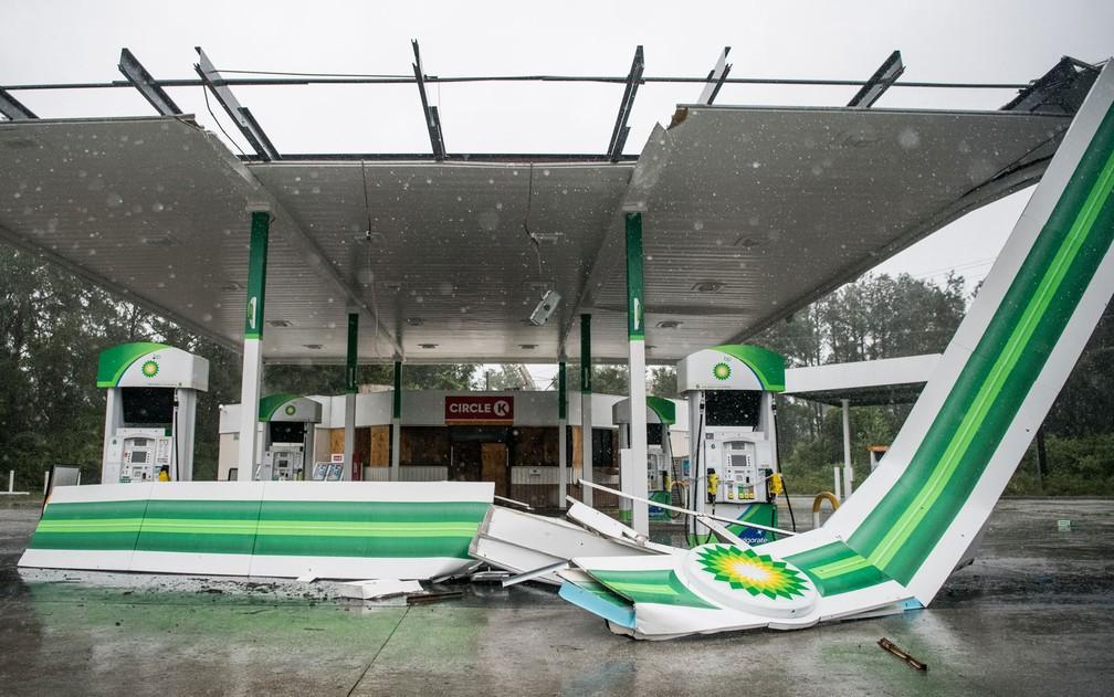 Posto de gasolina com cobertura destruída pela passagem do furacão Dorian perto de Pawley's Island, na Carolina do Sul, na quinta-feira (5) — Foto: Sean Rayford/Getty Images/AFP