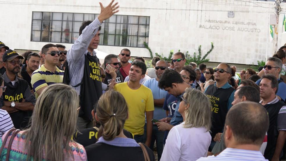 Policiais civis do RN decidiram por trabalhar em regime de plantão nesta quarta-feira (20) por causa dos salários atrasados; 19/12/2017 (Foto: Sinpol/Divulgação)